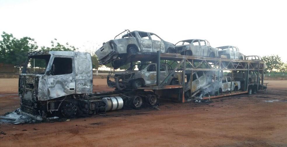 Carros foram queimados na rodovia BR 163 (Foto: Arquivo pessoal)