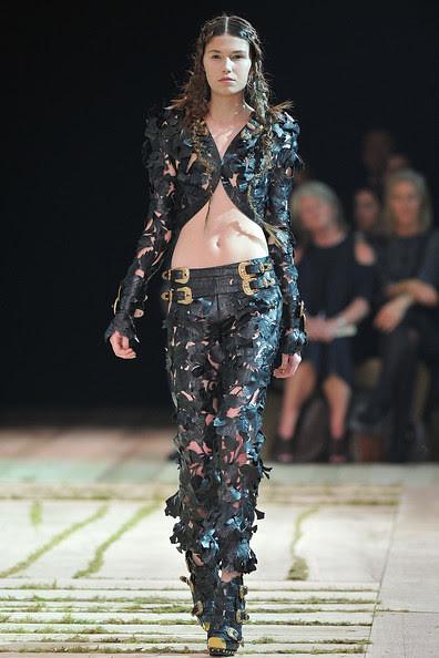 Alexander+McQueen+Runway+Paris+Fashion+Week+LC8PC2DD0znl