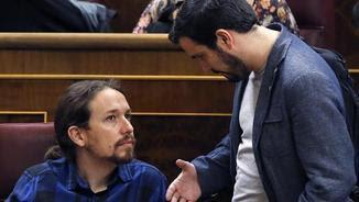 Alberto Garzón parla amb Pablo Iglesias, dimarts, al Congrés (EFE)