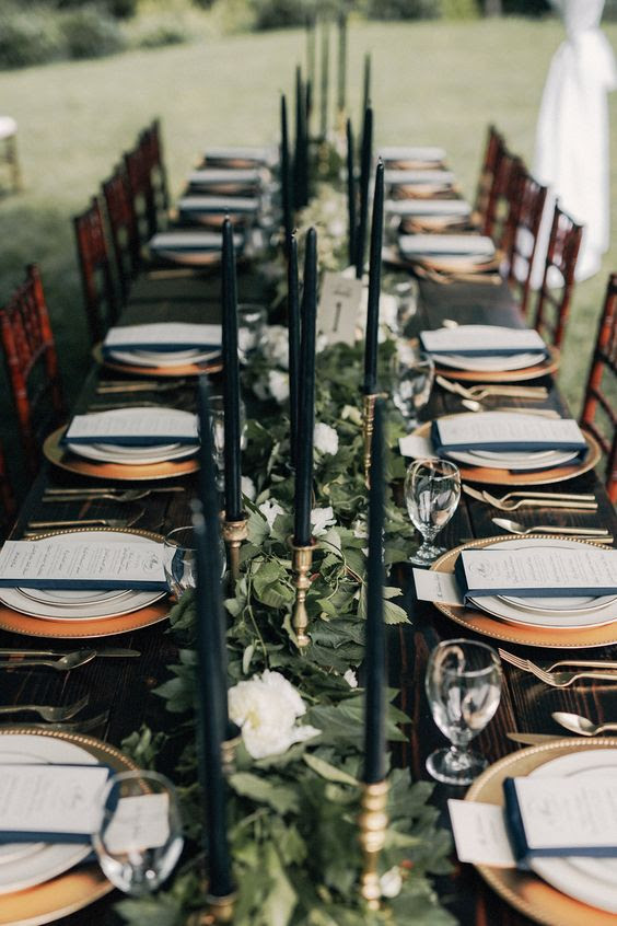 laub und weißen Blüten-Tisch-Läufer mit schwarzer Kerzen für einen eleganten Wald-Themen winter Hochzeit
