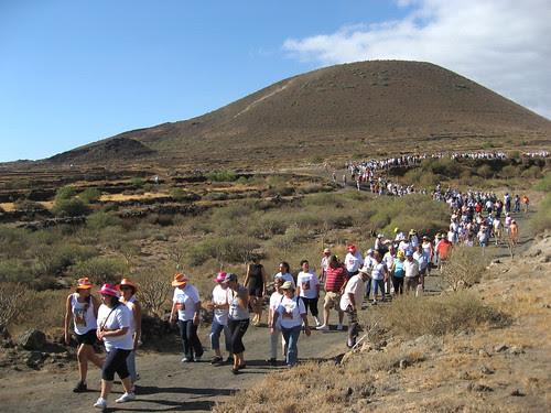 7 septiembre 2007. Bajada al carrera por el volcán. En primer término, la tradición sigue por el Camino