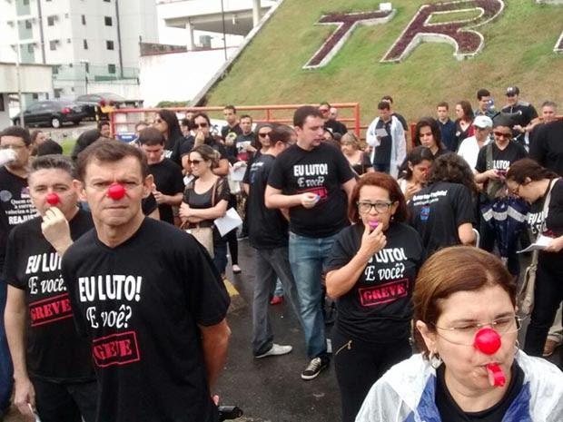 Servidores se concentraram em frente ao TRT (Foto: Ana Paula Costa)