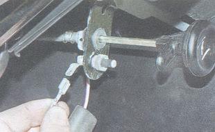 статья про замена выключателя контрольной лампы прикрытия воздушной заслонки карбюратора ВАЗ 2106