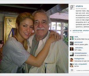 Shakira postou foto em que aparece abraçada a Gabriel García Márquez (Foto: Reprodução/Instagram/Shakira)