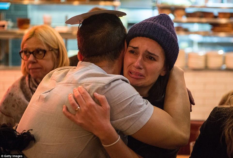 Um torcedor Clinton chora depois de Donald Trump ganha o estado da Flórida nos Democrats Abroad eleição noite partido em Marylebone Sports Bar and Grill em Londres na quarta-feira de manhã