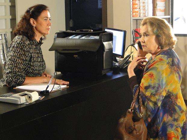Griselda quase entrega os cinco milhões para Íris (Foto: Fina Estampa/TV Globo)