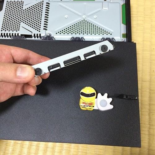 側面の黒いネジを外しますとHDDが外せる様になります。ネジは四つ。