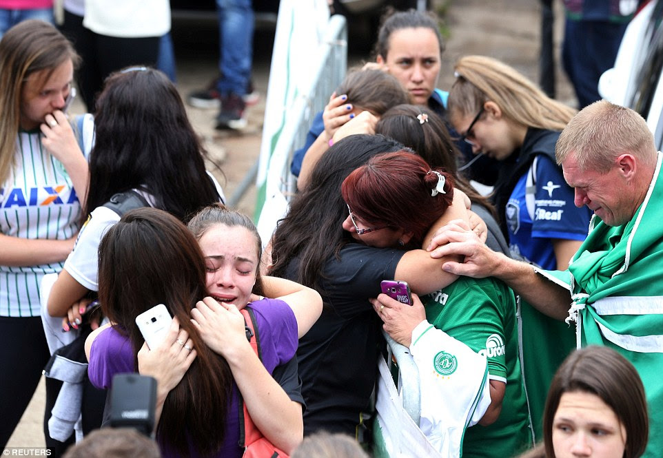 fãs chocados consolado uns aos outros fora da casa de Chapecoense no estádio Arena Conda, em Chapecó