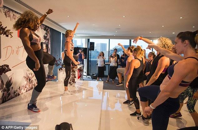 Apreciando a si mesma: dezenas de fãs vestidos com roupas de ginástica podem ser vistos imitando a rotina extenuante, que Serena conseguiu de alguma forma fazer olhar sem esforço