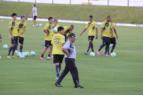 O técnico Zé Teodoro terá que fazer escolhas para poder ter jogadores novos para a Série B