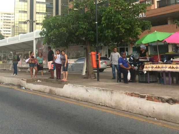Passageiros aguardaram ônibus que não vieram