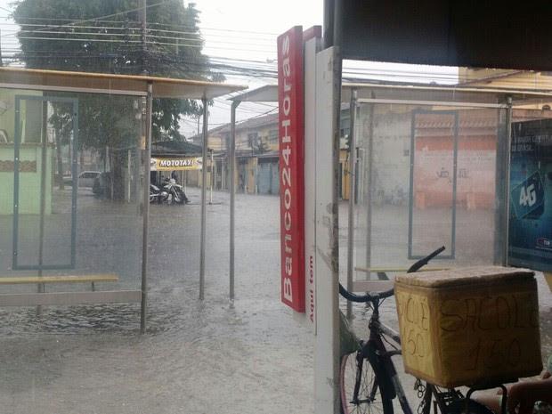 Temporal alagou rua em Bangu (Foto: Christiano Ferreira / G1)