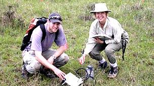 Ed Ayres y Diana Wall analizando el suelo en Kenia Foto gentileza Diana Wall, Universidad Estatal de ColoradoridaduGEKia