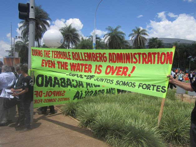 Protests against the governor of the Federal District, Rodrigo Rollemberg, accused of being responsible for water rationing in Brasilia. The water crisis broke out after he took office in 2014, but it was an inherited problem, which now resonates in the 8th World Water Forum, held Mar. 18-23 in the capital of Brazil. Credit: Mario Osava / IPS
