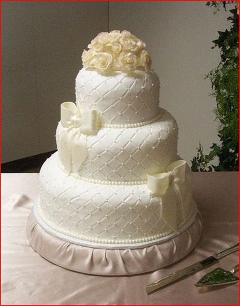 Elegant wedding cake with quilted design