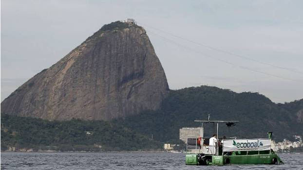 Barcos faz limpeza da Baía da Guanabara nesta quarta-feira