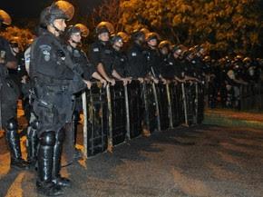 Batalhão de Choque da Polícia Militar fez barreira para proteger sede do governo de Pernambuco (Foto: Rafaella Torres / G1)