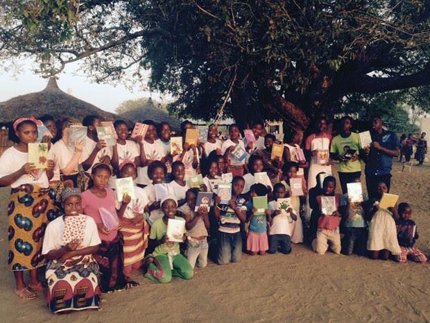 Crianças com os cadernos, em Moçambique, na ação realizada em 2015 (Foto: Divulgação/ONG Fraternidade Sem Fronteiras)