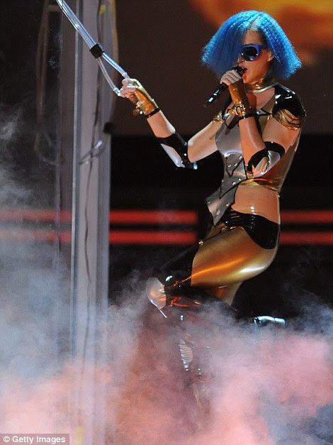 Katy retorno: Como você se vingar de um ex?  Assim.