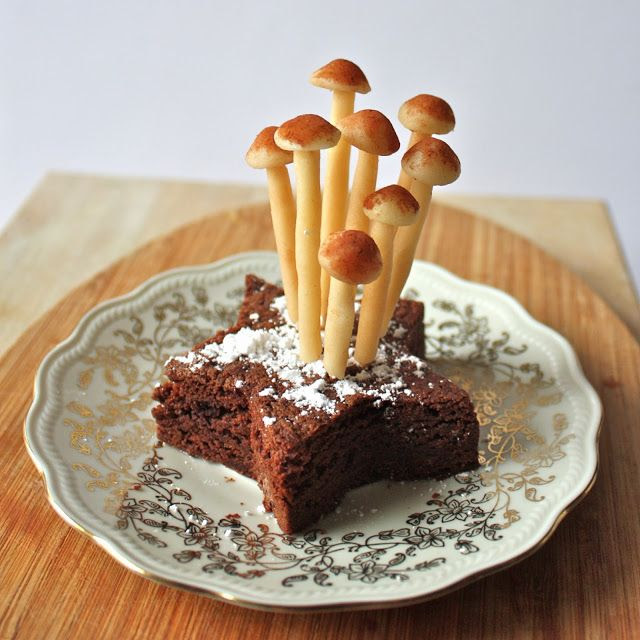 Yule Log Topper : Marzipan Mushrooms