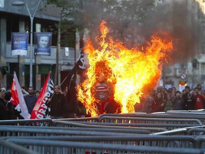 Un muñeco de papel que simulaba ser el presidente del Gobierno es quemado durante la manifestación. EFE