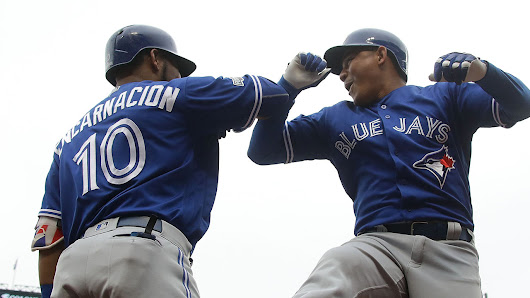 Blue Jays hit 4 homers, beat Rangers in Game 2