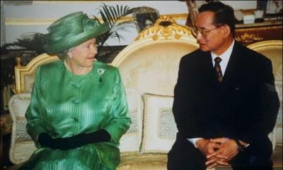 1996年,英国女王伊丽莎白二世访问泰国,与国王普密蓬交谈。