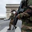 Soldados franceses en el Arco del Triunfo en París. Foto: AP / Peter Dejong