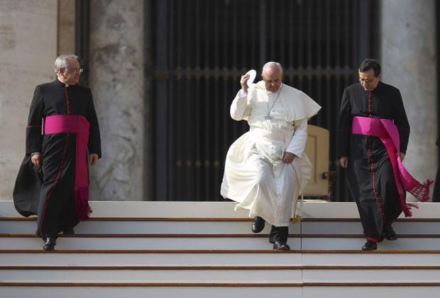O Papa Francisco deixa a audiência geral nesta quarta-feira (30) na Praça São Pedro, no Vaticano (Foto: Alessandro Bianchi/Reuters)