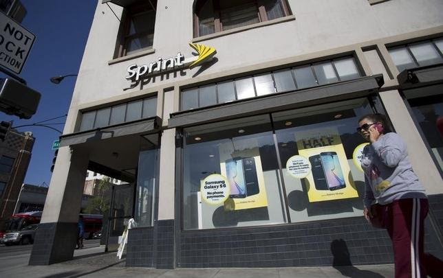 A person walks by a Sprint store in Pasadena, California May 4, 2015. Sprint Corp will report its first-quarter results as it continues to step up new promotions and pricing plans to attract subscribers in the middle of its turnaround plan. REUTERS/Mario Anzuoni