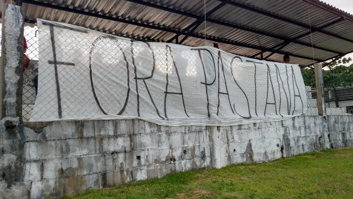 Faixa protesto ABC pastana (Foto: Alexandre Filho/GloboEsporte.com)