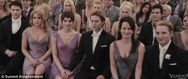Οικογένεια ενωμένη: Ο Κάλεν υπερηφάνεια ρολόι ως Edward και Bella λένε τους όρκους