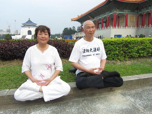 '图1~2:陈正坤和妻子刘梅有幸修炼法轮功之后身强体健、精神飒爽,胸襟开朗豁达。'
