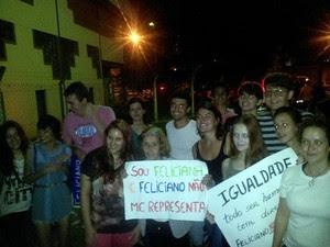 Feliciana ao lado de jovens durante protesto em Passos (Foto: Feliciana Maia / Arquivo Pessoal)