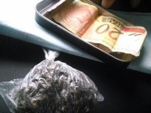 Drogas e dinheiro foram encontrados com o adolescente (Foto: Souza/Gtam)
