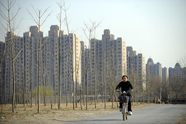 中共财政部、国家税务总局、住房城乡建设部2月19日联合发布《关于调整房地产交易环节契税 营业税优惠政策的通知》,旨在加速去库存。(LIU JIN/AFP/Getty Images)