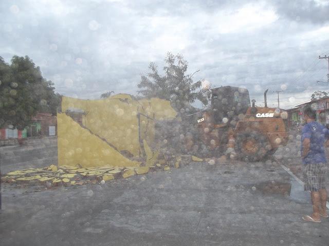 Flagra do momento exato em que a obra é derrubada a mando da atual gestão de São Benedito do Rio Preto. Foto: Reprodução