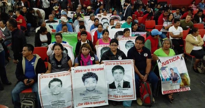 Los padres y familiares de los 43 estudiantes normalistas en el Informe del GIEI. Foto: Luis Barrón; SinEmbargo