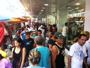 Centro de Manaus lotado neste feriado (Foto: Carlos Eduardo Matos/G1 AM)