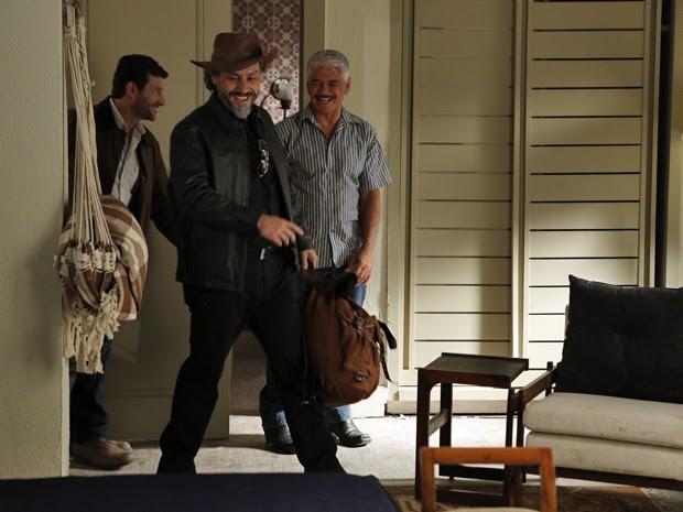 Zé chega ao Rio de Janeiro e se abriga na casa do amigo (Foto: Felipe Monteiro/ Gshow)