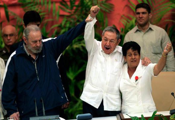 Fidel, Raul, y Nemesia, en la clausura del VI Congreso del PCC