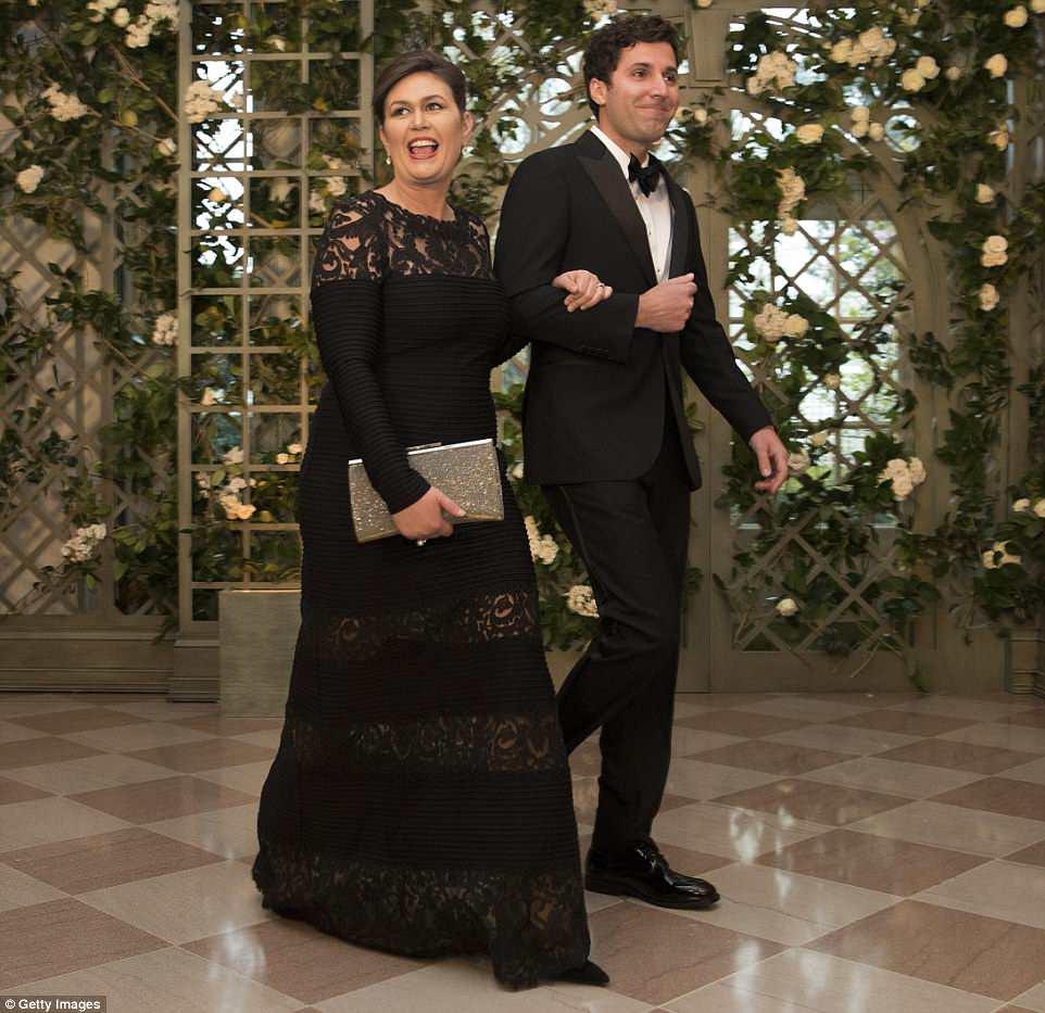 A secretária de imprensa da Casa Branca, Sarah Sanders, e seu marido, Bryan, sorriram ao entrar na Casa Branca