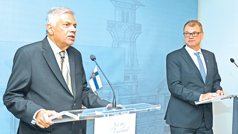The Sri Lankan and Finnish Prime Ministers addressing the media.