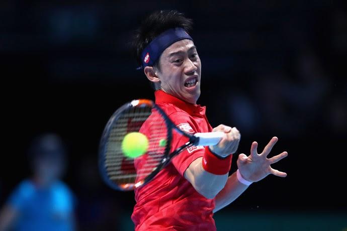 Kei Nishikori aplica um forehand na partida contra Stan Wawrinka no ATP Finals (Foto:  Clive Brunskill/Getty Images)