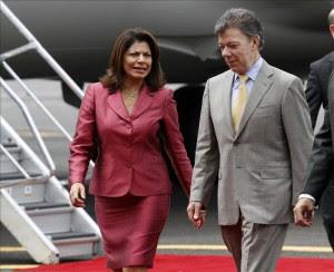 En la imagen, el presidente colombiano, Juan Manuel Santos (d), es recibido por su par de Costa Rica, Laura Chinchilla (i), el 15 de junio de 2012. EFE/Archivo