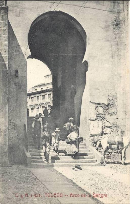 Arco de la Sangre a principios del siglo XX. Foto Castañeira y Álvarez