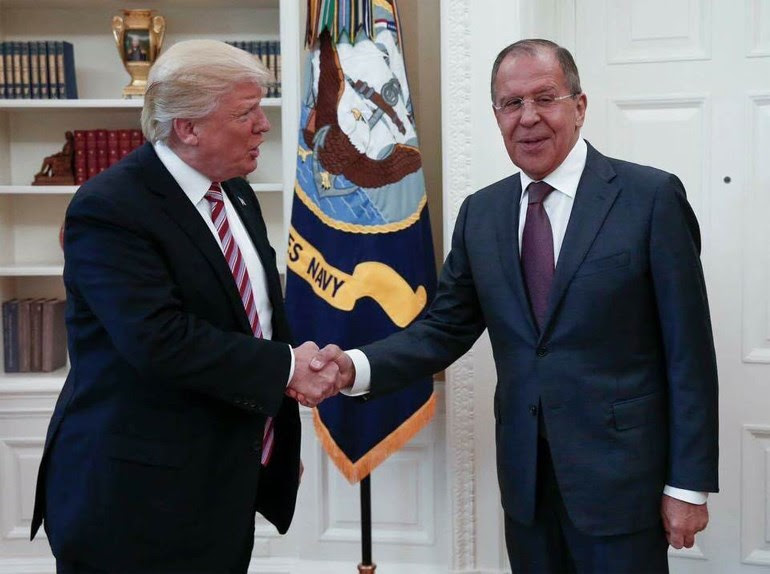 «Περίσσευαν» τα χαμόγελα στη συνάντηση Τραμπ-Λαβρόφ