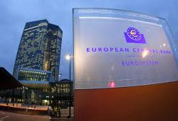 欧州中央銀行(ECB)に金融緩和に踏み込むよう求める声が高まっていた(21日、独フランクフルトの本部)=AP