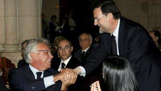Felipe González saludant Mariano Rajoy durant el funeral a l'expresident Leopoldo Calvo Sotelo, fa vuit anys (Reuters)