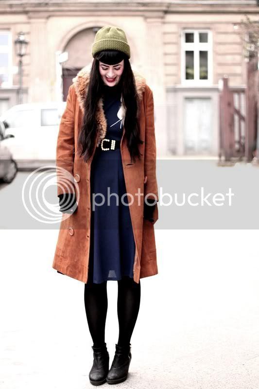 vintage outfit ledermantel mantel leder cognac knöpfe 2nd hand bergmannstraße kreuzberg grüne mütze 50s kleid
